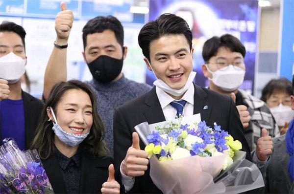 21대 총선 오영환 경기 의정부갑 당선인이 아내 김자인 선수(왼쪽 아래)와 함께 당선을 축하하고 있다. [뉴시스]