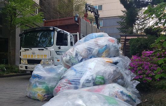 4월 14일 서울 송파구 잠실동의 한 아파트단지에 쓰레기 수거차량이 방문한 가운데 재활용쓰레기가 가득 쌓여 있다. [최진렬 기자]