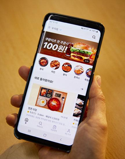 지난해 5월 쿠팡이 개시한 배달음식 중개 애플리케이션 '쿠팡이츠' 화면. [홍중식 기자]