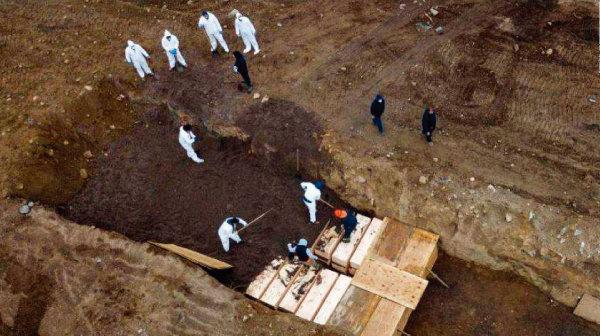 코로나19 희생된 무연고 시신을 미국 뉴욕 하트섬에 매장하고 있는 모습. [CNN]