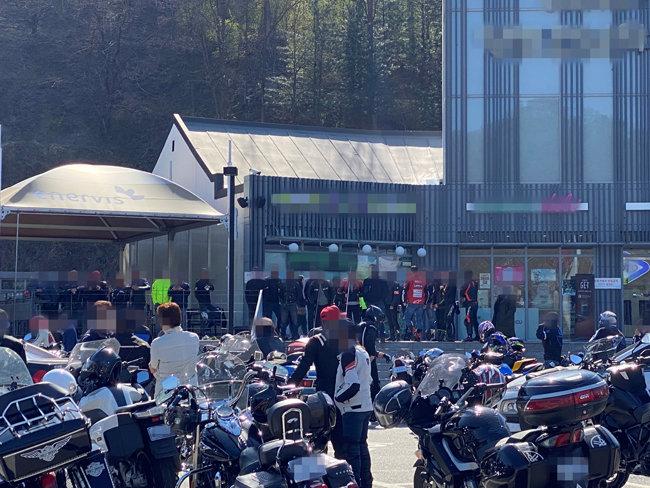 경기도 양평 국수휴게소 주차장에 수많은 바이크 라이더들이 모여 있다.