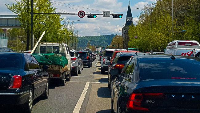 경기 하남 지역 고속도로에 외곽으로 빠져 나가는 차량이 즐비하다.