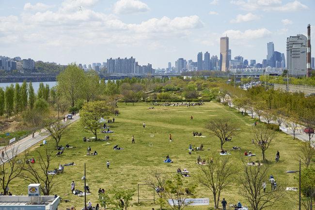 서울 한공시민공원에서는 시민들이 충분한 거리를 유지하고 봄 햇살을 즐겼다.