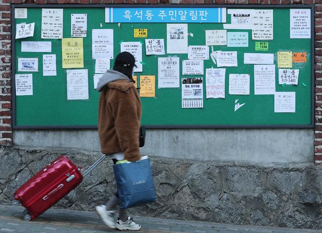 서울 동작구 흑석동의 원룸 광고판. 월세 매물이 줄어들면 관련 광고가 대거 전세로 바뀔 가능성이 있다 [뉴스1]