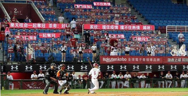 대만에서 프로야구 경기가 열리는 가운데 관중석에는 마네킹이 앉아 있다. [Taipei Times]
