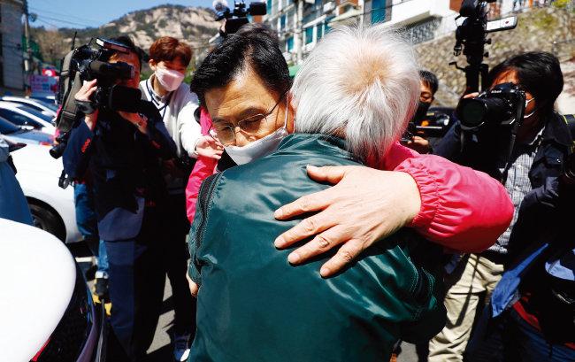 21대 총선에서 종로구에 출마한 황교안 미래통합당 후보가 4월 8일 서울 종로구 옥인길 골목에서 시민과 인사하고 있다. [뉴시스]