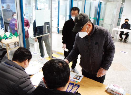 21대 총선 날인 4월 15일 오전 강원 화천군 화천문화예술회관에 마련된 화천읍 제2투표소에서 유권자가 소중한 한 표를 행사하고 있다. [뉴시스]