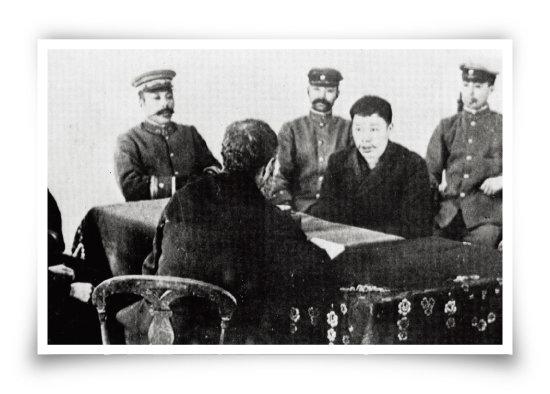 중국 랴오닝성 뤼순감옥에서 안중근 의사가 정근, 공근 두 동생과 홍석구 신부를 만나 유언 하고 있는 모습. [동아DB]