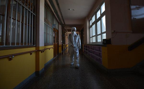 4월 21일 육군 50사단 장병들이 대구 중구의 한 초등학교를 방역하고 있다. [뉴시스]