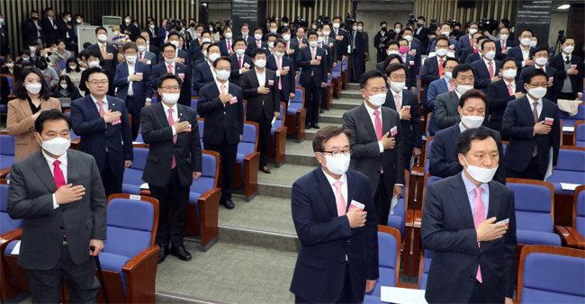 4월 28일 국회에서 열린 미래통합당 국회의원 당선인 총회. 지역구 당선인 가운데 청년은 배현진 서울 송파을 당선인이 유일하다. [뉴스1]