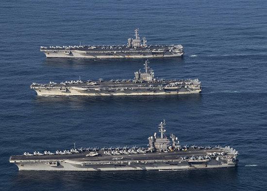 미국 해군 항모 니미츠호, 시어도어 루스벨트호, 로널드 레이건호가 남중국해에서 함께 항해하고 있다.