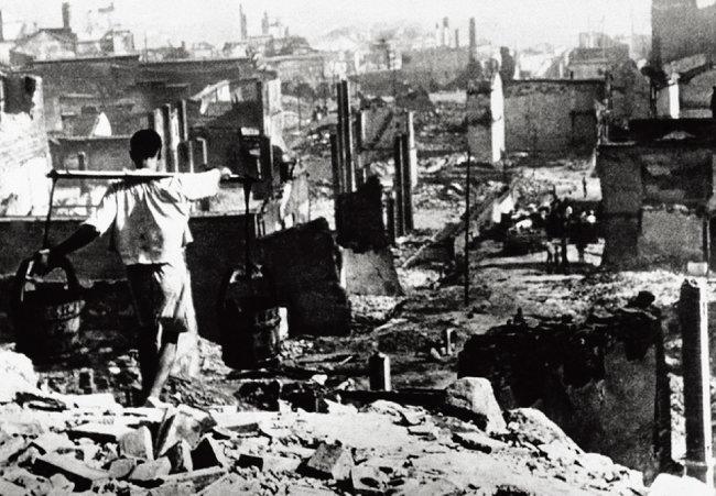 중일전쟁 기간  일본군의 폭격을 받아 폐허가 된 중화민국의 임시수도 충칭. [중화인민공화국 국방부 데이터베이스]