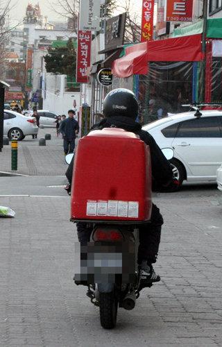 오토바이 배달원의 모습