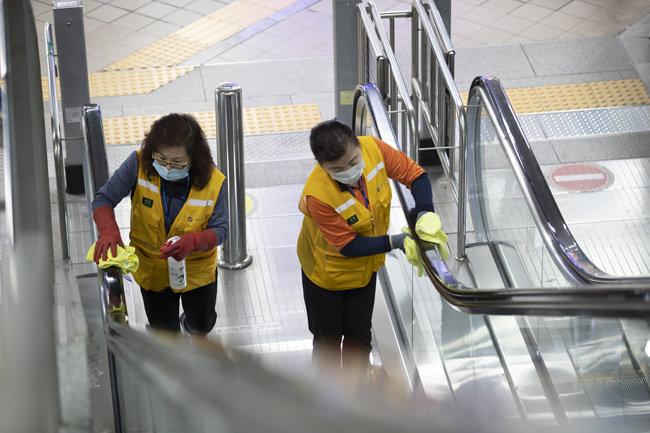 4월 29일 서울지하철 2호선 을지로입구역에서 지하철 미화원들이 방역 작업을 하고 있다. [지호영 기자]