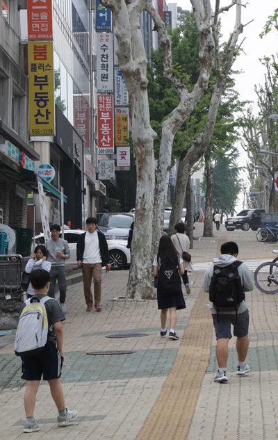 서울 강남구 대치동 학원가를 책가방 멘 학생들이 거닐고 있다. [동아DB]