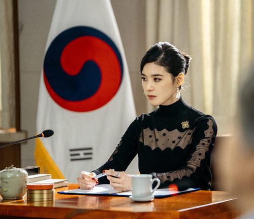 정은채는 '더 킹: 영원의 군주'에서 여성 총리 역을 맡았다. [sbs]