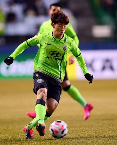 지난해 최우수선수(MVP)를 받은 전북현대모터스 김보경. [동아DB]
