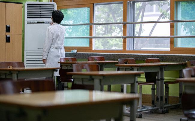 등교개학을 앞둔 5월 7일 서울 성동구 무학여자고등학교에서 한 교사가 에어컨 가동 점검을 하고 있다. [뉴스1]