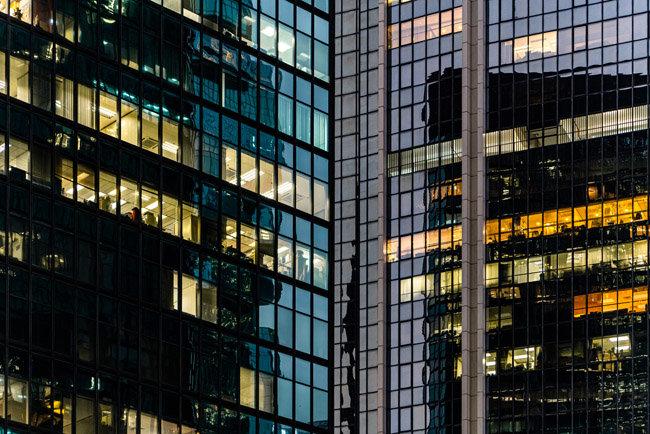 코로나19 감염 확산을 막으려면 창문 개폐가 제한적인 고층빌딩은 에어컨을 가동할 때 공조시스템도 함께 가동해야 한다고 전문가들은 당부한다. [GETTYIMAGES]