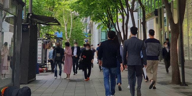 7일 오후 서울 강남구 테헤란로에 위치한 고용복지플러스센터 앞을 걷고 있는 사람들. [이현준 기자]