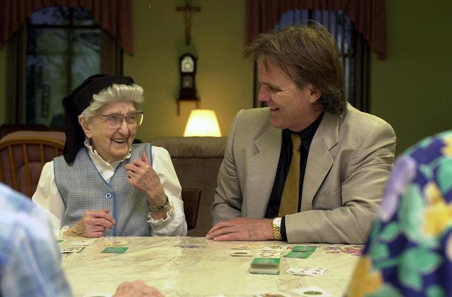 자신들의 뇌를 사후 기증하기로 한 106세 된 수녀와 이를 토대로 1986년부터 알츠하이머 치료법을 연구 중인 데이비드 스노든 박사. [GettyImages]