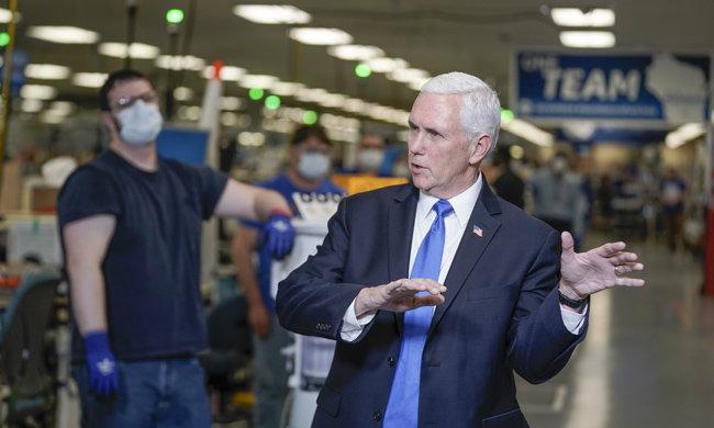 마이크 펜스 미국 부통령이 4월 21일(현지시간) 미국 위스콘신주 매디슨의 제너럴일렉트릭(GE) 제조공장을 둘러보고 있다. [AP=뉴시스]