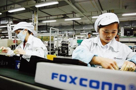 미국 애플의 최대 하청업체인 대만 폭스콘의 직원들이 베트남 공장에서 아이폰을 조립하고 있다. [Vietnaminsider]