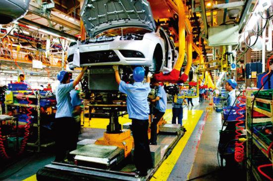 중국 노동자들이 미국 포드 자동차를 조립하고 있다. [차이나데일리]
