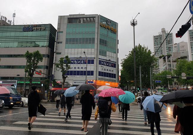 5월 18일 오후 서울 강남구 대치동 학원가를 오가는 학생들. [이현준 기자]