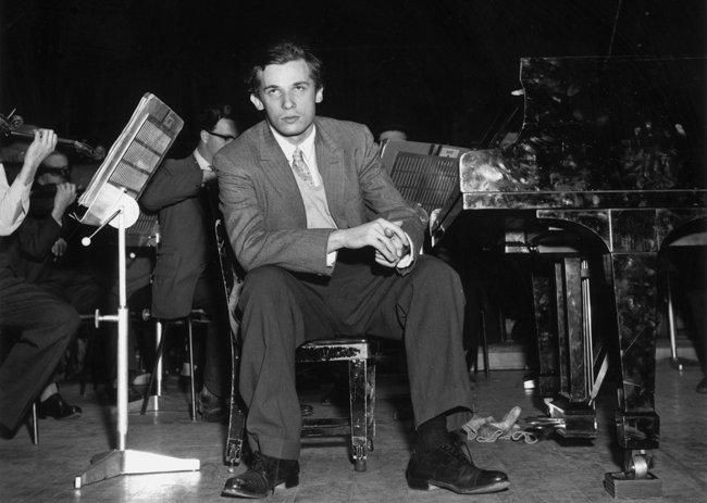 캐나다 출신의 피아니스트 글렌 굴드가 1959년 5월 영국 런던 로열 페스티벌 홀에서 리허설 도중 휴식을 취하고 있다. [GettyImages]
