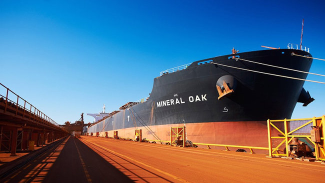 중국으로 수출되는 호주산 철광석이 대형 운반선에 실리고 있다. [BHP]
