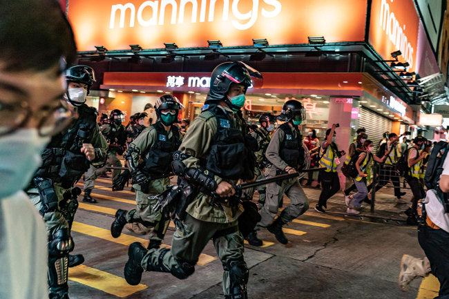 2020년 5월 10일, 홍콩 몽콕 지구에서  보호 마스크를 쓴 진압 경찰이 시위대를 진압하고 있다. [GETTYIMAGES]