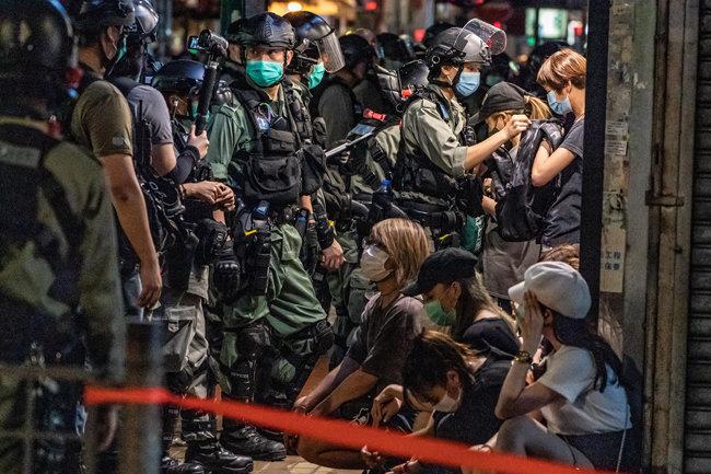 폭동 진압 경찰이 5월 10일 몽콕 지역에서 시위를 한 사람들을 구금하고 있다. [GETTYIMAGES]