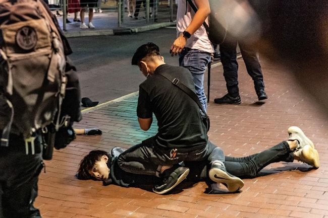 경찰에 의해 시위대가 제압당하고 있다. [GETTYIMAGES]