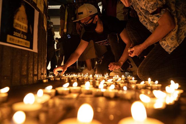 2020년 5월 15일  작년에 사망한 한 시위자를 추모하기 위한 시위에 추모객들이 촛불을 밝히고 있다. [GETTYIMAGES]
