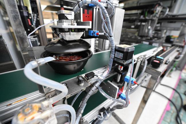 중국 후베이성 어저우시 제3병원에서 로봇 요리사가 요리를 하고 있다. 자동으로 작동하기 때문에 사람 간 접촉을 줄일 수 있다.