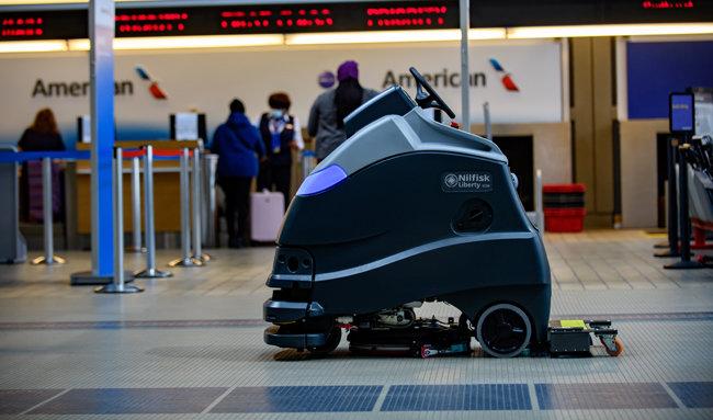 미국 피츠버그 국제공항의 바닥을 청소하고 있는 UV 청소 로봇. 이 공항은 UVC 고정장치를 바닥 청소 로봇에 장착해 자외선 사용을 시험했다.