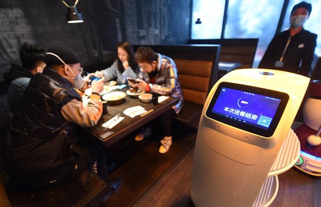 2020년 3월 02일 중국 동부 저장성 항저우에 있는 한 식당에서는 식사를 하는 사람들에게 음식을 배달하는 로봇이 등장했다.