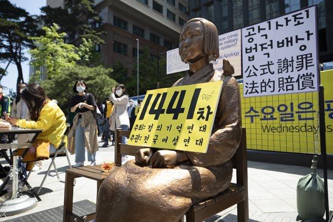 서울 종로구 옛 주한 일본대사관 앞에 위치한 소녀상과 1441회차 수요집회를 알리는 표지판.