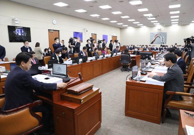 5월 7일 서울 여의도 국회에서 열린 과학기술정보통신위원회 전체회의 모습. 이 날 통신요금 인가제 폐지 법안이 담당 상임위를 통과했다. [뉴스1]