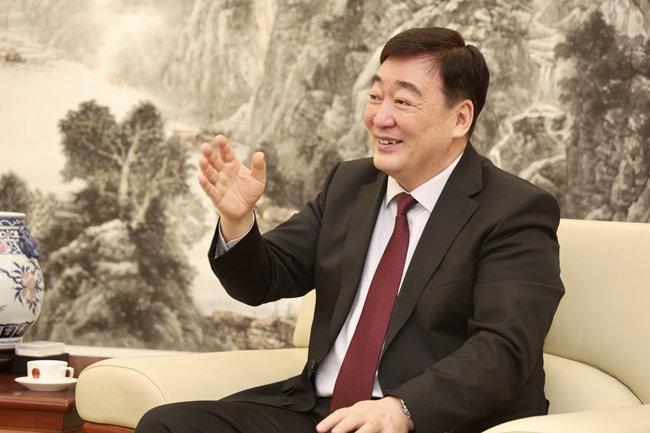 """한중 관계의 복원 및 발전에 커다란 의욕을 보이는 싱하이밍 신임 주한 중국대사. 그는 """"시진핑 주석의 방한 이후 한중-중한 관계는 폭발적으로 성장, 발전할 것""""이라고 강조했다."""
