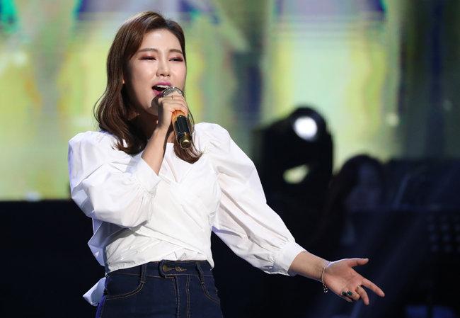 '미스트롯'에서 우승한 이후 행사비가 크게 뛴 트로트 가수 송가인. [뉴스1]
