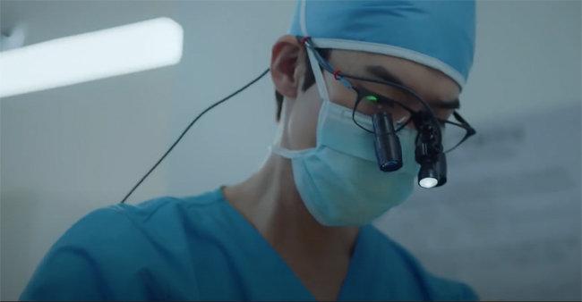 TV 드라마 '슬기로운 의사생활'의 한 장면. 식품의약품안전처 인증을 받지 않아 방역 효과가 불분명한 '공산품 마스크'를 의료진은 사용하지 않는다. [tvN]