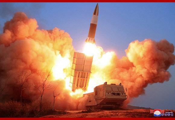 북한이 '신형 전술유도무기'라고 주장하는 '북한판 에이타킴스 미사일'(KN-24) 발사 모습. [조선중앙통신]