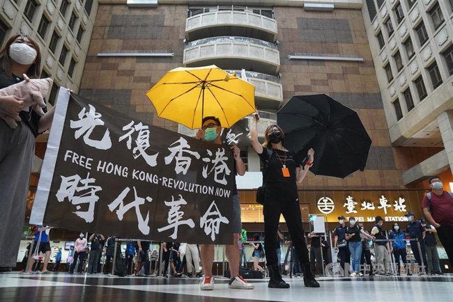 홍콩 시민들이 한 쇼핑몰에서 중국의 홍콩 국가보안법 제정 반대 시위를 벌이고 있다. [CNA]