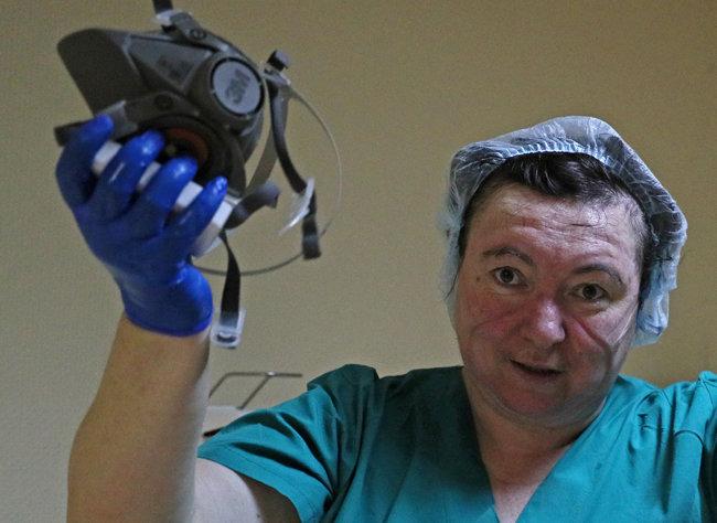 코로나 환자를 돌보는 모스크바의 RZD Medicine Chain 병원. 마스크 자국이 선명한 얼굴 [TASS/Getty Images]