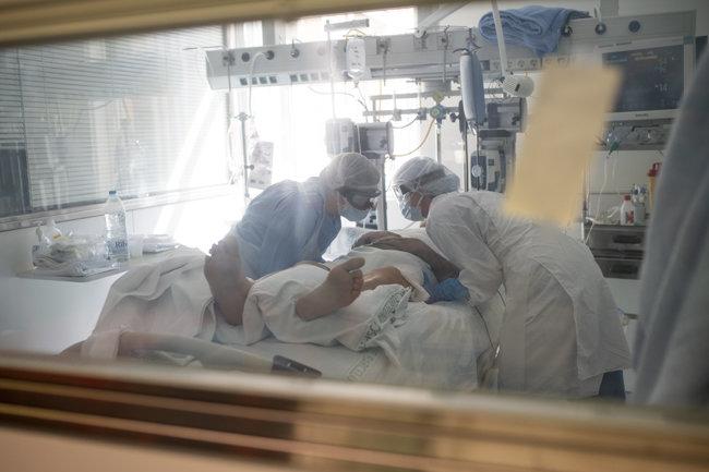 바르셀로나 의료진이  호흡중환자실(ICU)의 코로나바이러스 환자 상태를 체크하고 있다. [ Adria Puig/Anadolu Agency via Getty Images]