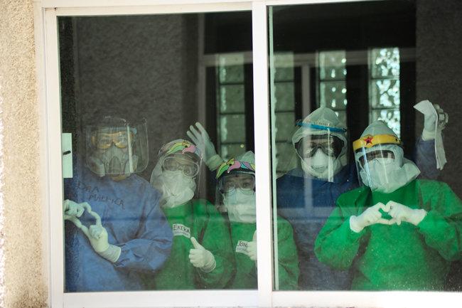 아돌포 로페즈 마테오스 병원 창문에서 보호장구를 착용한 간호사들의 하트 포즈. [Ricardo Castelan Cruz / Eyepix Group/Barcroft Media via Getty Images]