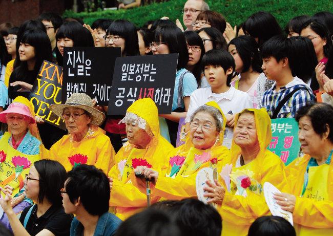 서울 종로구 주한 일본대사관 앞에서 열린 '수요집회'에 참석한 위안부 할머니들.  [동아일보]