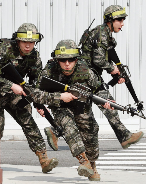 예비군 훈련을 받고 있는 사람들. [동아DB]